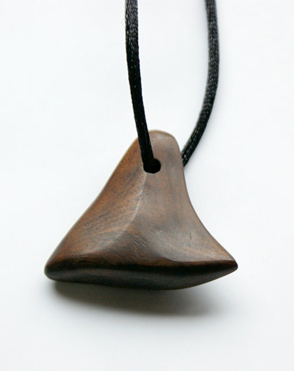 Simple walnut pendant by Cobredera