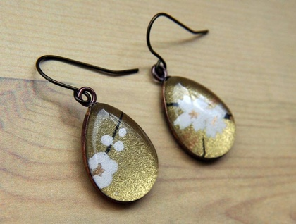 teardrop earrings - golden white blossoms