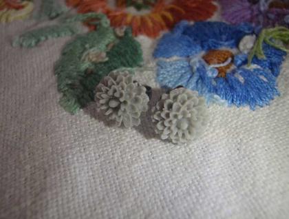 Pretty flower earrings - Soft Grey