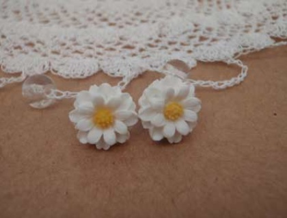Daisy Earrings - White with yellow centre