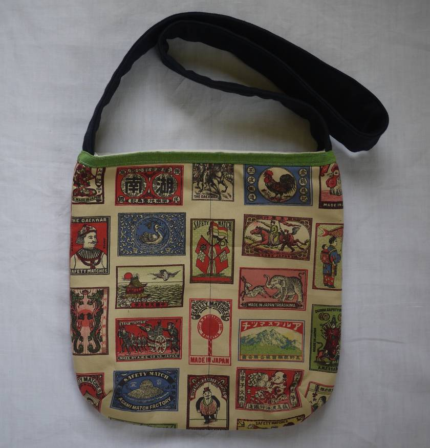 Simple shoulderbag lined with 2 interior pockets.