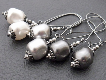 Marguerite earrings in white: Swarovski pearls on gunmetal coloured ear-wires – elegant and vintage-inspired