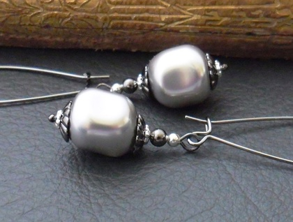 Marguerite earrings in light grey: Swarovski pearls on gunmetal coloured ear-wires – elegant and vintage-inspired