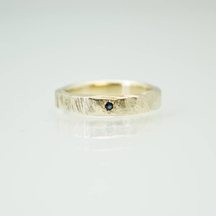 Narrow Bark Ring in 14ct yellow gold, with sapphire