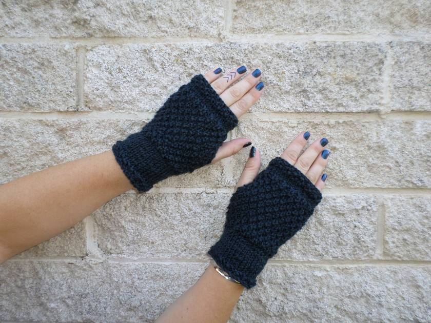 Log Cabin midnight ink fingerless mitts – knitted from blue black wool