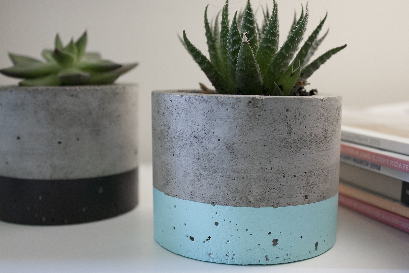 Paint dipped concrete planter pot black felt for Fioriere fai da te in legno