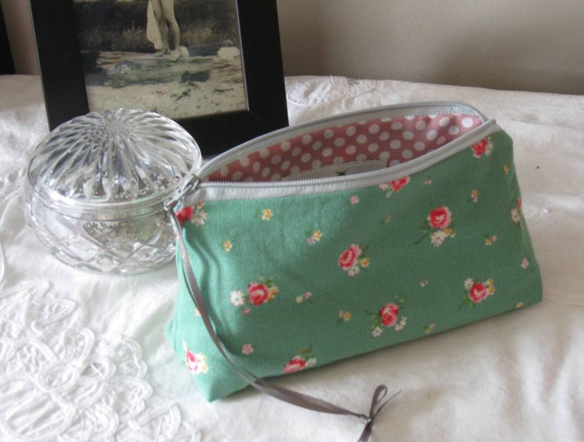 Shabby roses zipper purse