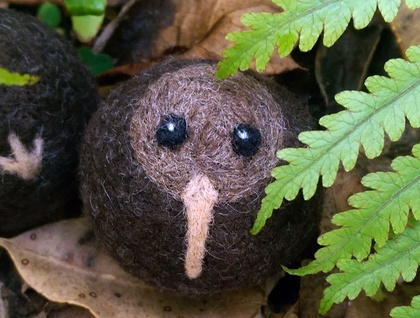 Felted wool decoration - kiwi