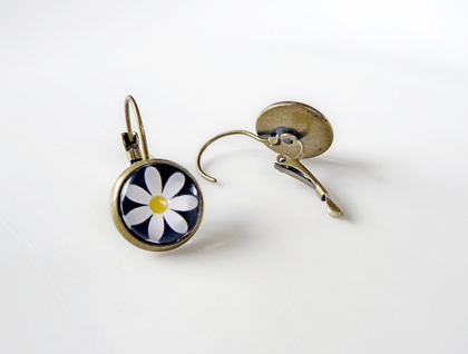Earrings - Daisy days - Glass dome with antiqued Brass