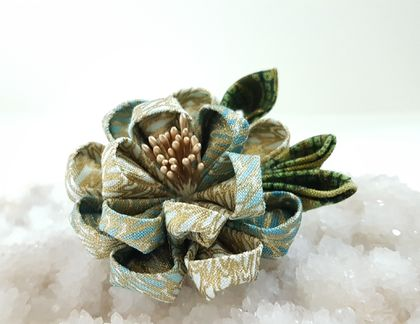 Tsumami flower brooch - Green and Gold