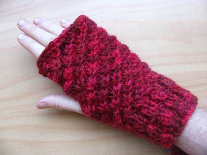 Shades of red Fingerless gloves and earwarmer set