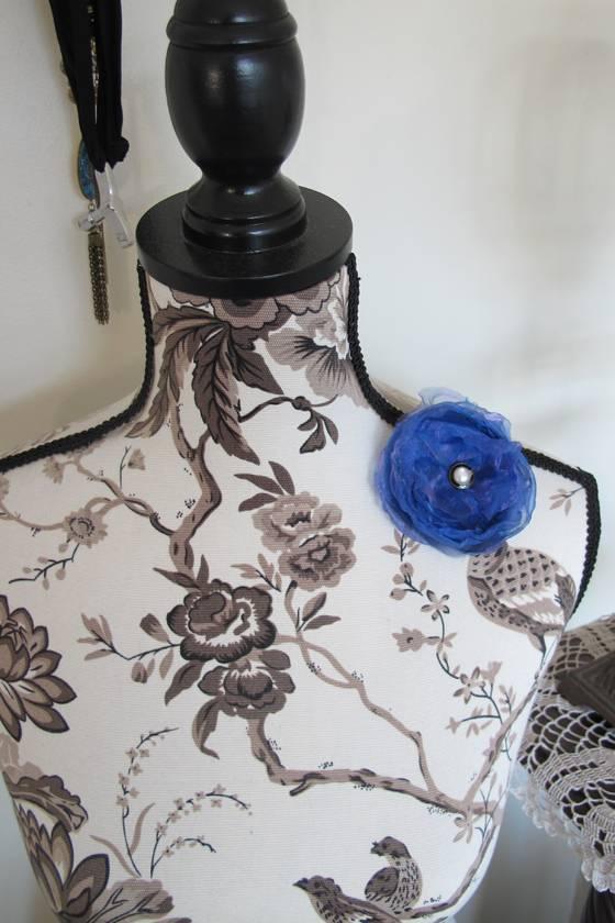 Flower-style brooch