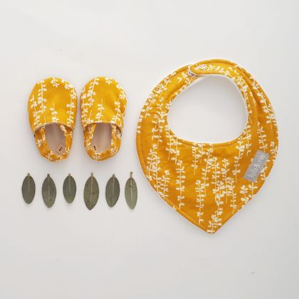 Giftset - Organic Slip-on Baby Shoes with matching dribble bib