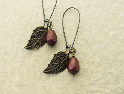 Pearl Berry earrings in burgundy: Swarovski pearls with bronze-coloured leaves