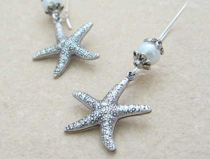 Starfish Treasure earrings in silver: lifelike, silver starfish charms with white faux pearls