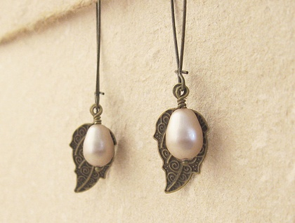 Pearl Berry earrings in pale beige: Swarovski pearls with bronze-coloured leaves