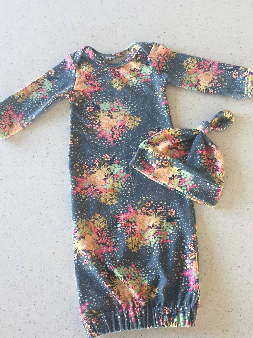 Nb baby gown and hat set