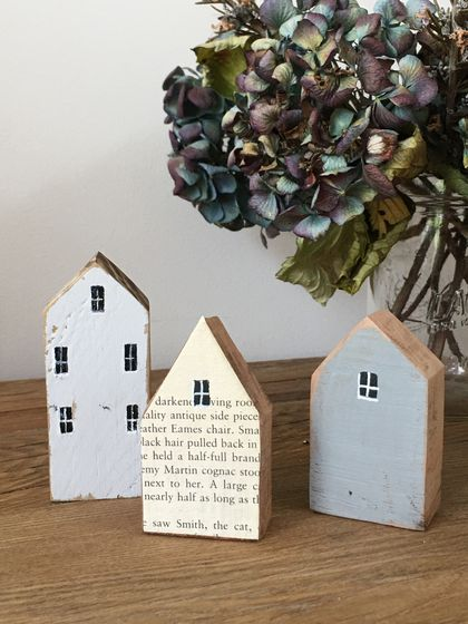Little dwellings made from recycled wood